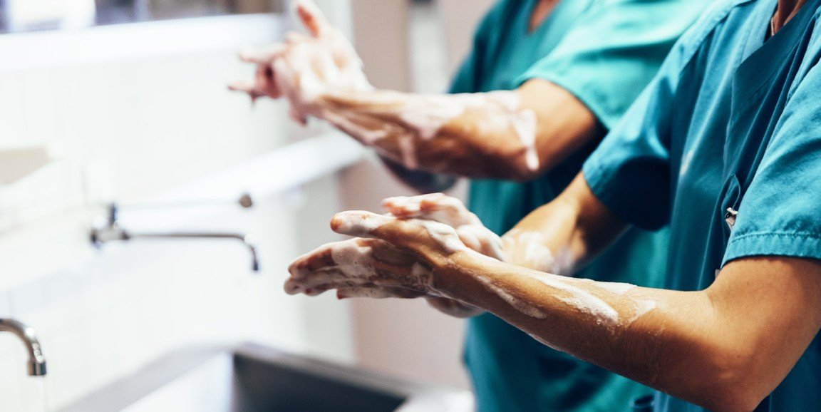 surgeons-washing-hands-1152x578